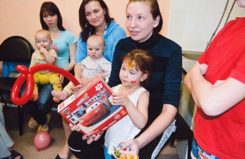 Новый, 2013 год Маша с дочкой встретила в приюте с подругами по несчастью. Дети получили подарки от спонсоров
