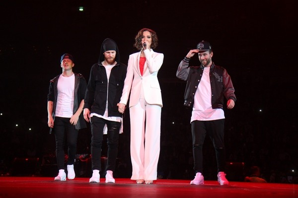 Ольга начала выступление в эффектном брючном костюме