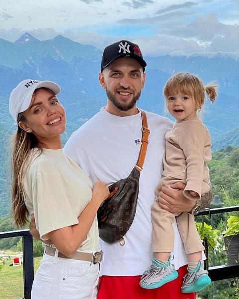 Рэпер может похвастаться счастливой семьей. Вместе с супругой Ассоль он воспитывает дочь