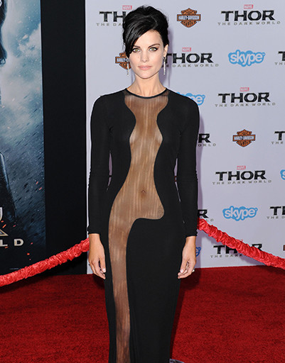 "Актриса Джейми Александр на премьере фильма ""Тор 2"" в Azzaro Couture в ноябре 2013 года"