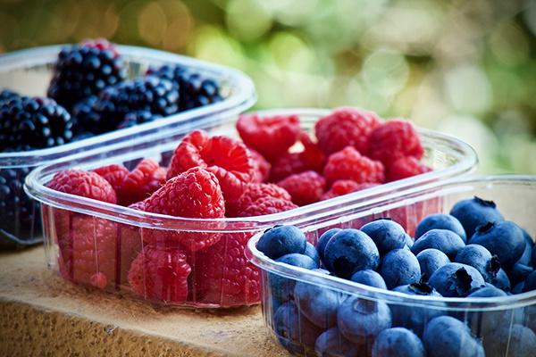 Доктор рекомендует есть много сезонных ягод и фруктов
