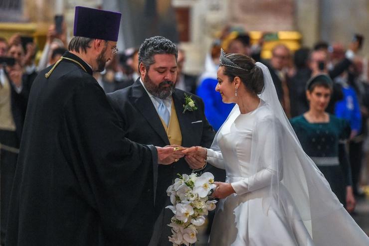 Супруги обменялись кольцами
