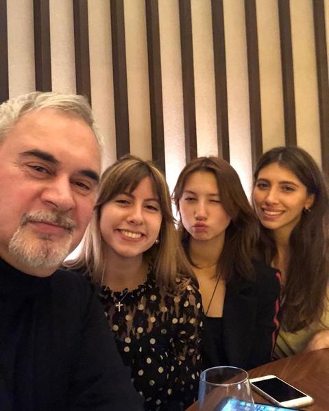 У артиста три дочери от первого брака