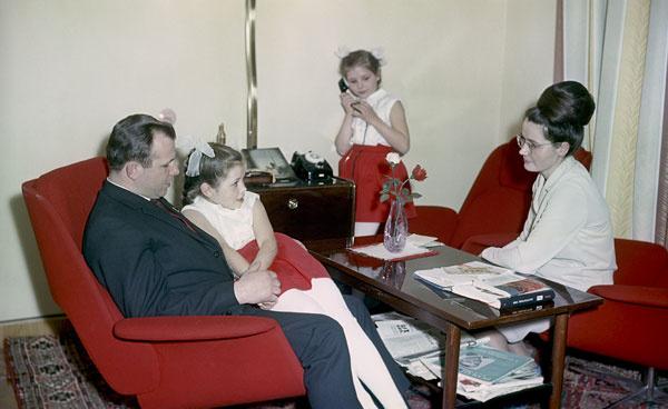Юрий Гагарин любил проводить время с семьей – женой Валентиной и дочерьми Еленой и Галиной