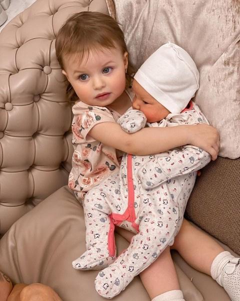 Родители воспитывают двух дочерей