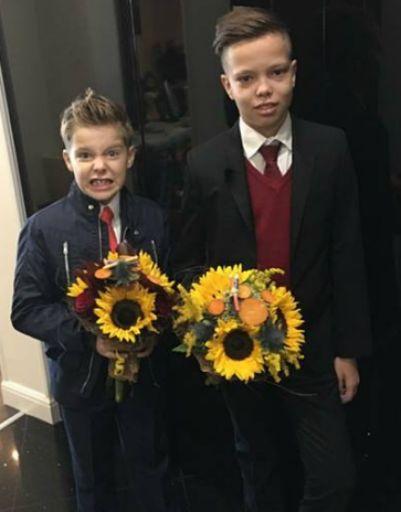 Дети Андрея Григорьева-Апполонова выбрали букеты из подсолнухов