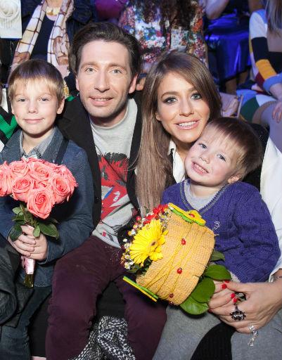 Юлия Барановская с детьми и коллегой