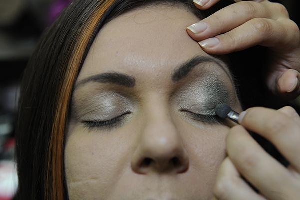 Мы выбрали вечерний вариант макияжа  с акцентом на глаза. Верхнее веко выделяем изумрудными тенями с блестками