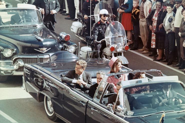 22 ноября 1963-го во время рабочей поездки по Далласу Джона Кеннеди застрелили
