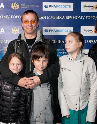 Актер Иван Охлобыстин с семьей