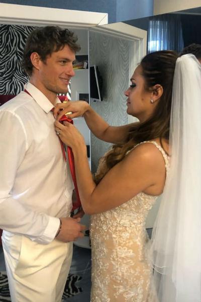 На церемонии регистрации брака присутствовали только жених и невеста