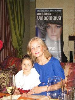 Тамара Волочкова с внучкой Аришей в квартире дочери