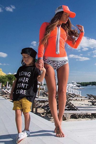 Подписчики Айзы в соцсетях копируют ее образы, а сыновей одевают в стиле Сэма