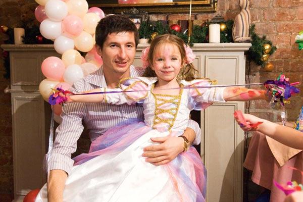 Папа – самый главный гость на дне рождения Веры. Первый юбилей девочки Алдонин и Началова отпраздновали шумно – сняли итальянский ресторан. Декабрь 2011 года