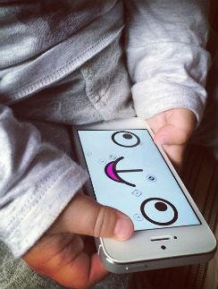 Муза развлекается при помощи маминого телефона
