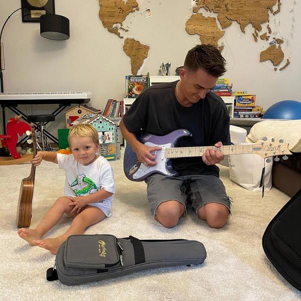 Счастливые родители отдают все свободное время сыну