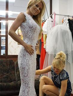 Дана Борисова на примерке свадебного платья