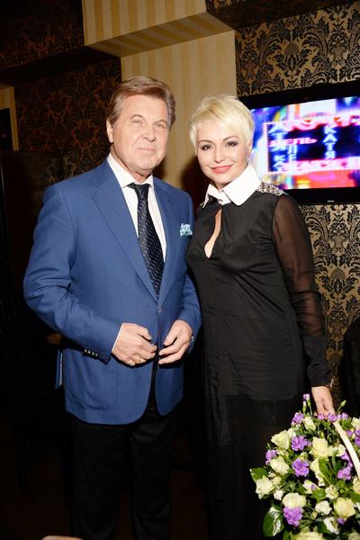 На бэк-вокал ко Льву Лещенко артистка попала благодаря участию в конкурсе молодых талантов