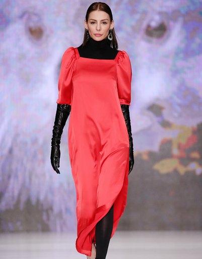 Яркое платье идеально подойдет для выхода в свет