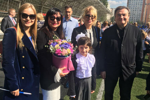 Юлия Пересильд и Алексей Учитель на школьной линейке