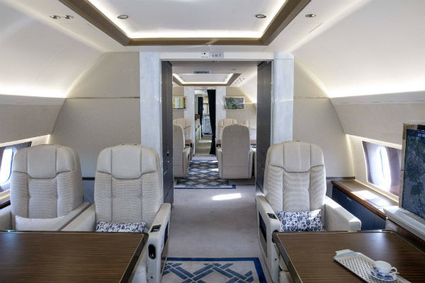 Душевая кабина и дизайнерские подушки: интерьер самолета короля Нидерландов за 90 миллионов евро