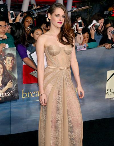 Для выхода на ковровую дорожку Кристен выбрала шикарное платье телесного цвета