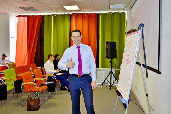 Александр ежедневно проводит обучения и семинары