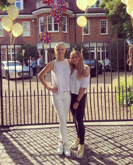 Пока в личном блоге Софьи можно встретить лишь фото с подругами, а не бойфрендом