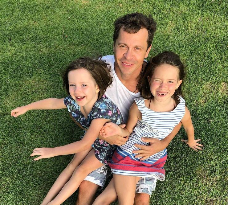 Павел Деревянко с дочерями Александрой и Варварой