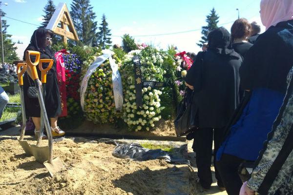 Все присланные и принесенные цветы и венки не умещались на могиле Жанны Фриске