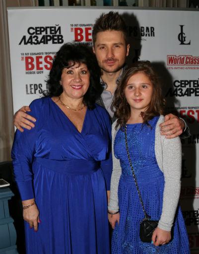 Сергей Лазарев с мамой и племянницей