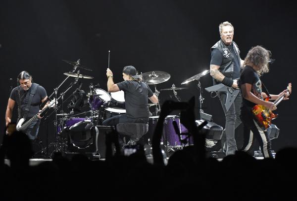 Группа Metallica поддерживает солиста