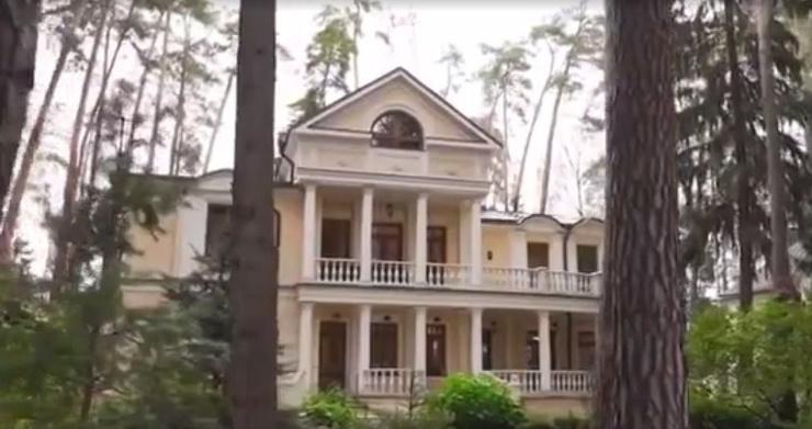 Старинные люстры, антиквариат и классический ремонт: усадьба Инны Чуриковой
