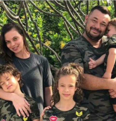Сергей вместе с супругой Региной стараются приучить малышей к порядку во всем