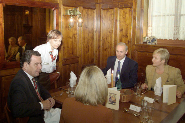 27 сентября 2001 года. Путины с канцлером ФРГ Герхардом Шредером и его женой в ресторане на набережной Эльбы