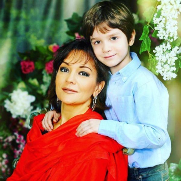 Младший сын Булановой философски смотрит на семейный конфликт