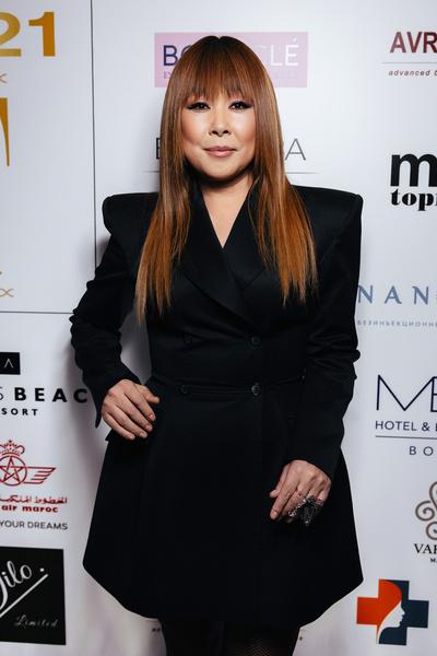 Анита Цой выбрала черное платье-пиджак.
