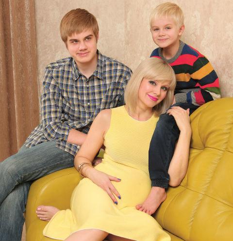 Старшие сыновья Натали совсем не ревнуют маму к будущему брату