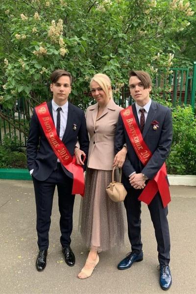 Старшие сыновья Яны Рудковской уже закончили школу