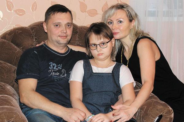 Наташа борется с таким же недугом, какой был у Жанны, уже пять лет. На фото — с родителями