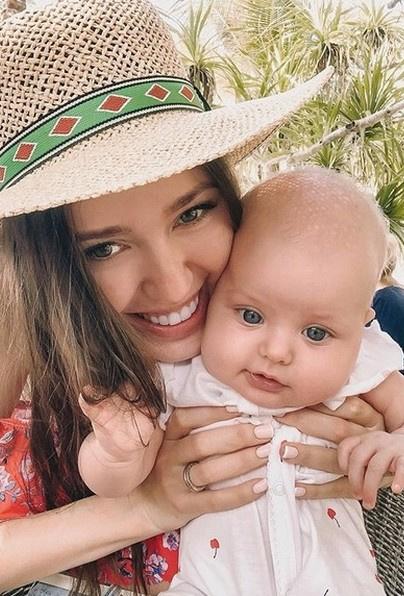 Костенко активно рассказывает о достижениях дочери