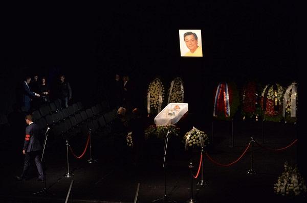 Вокруг гроба Караченцова много венков, цветов, со временем их становится все больше
