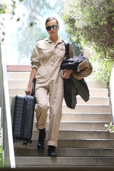 Ирина Шейк покидает дом супруга