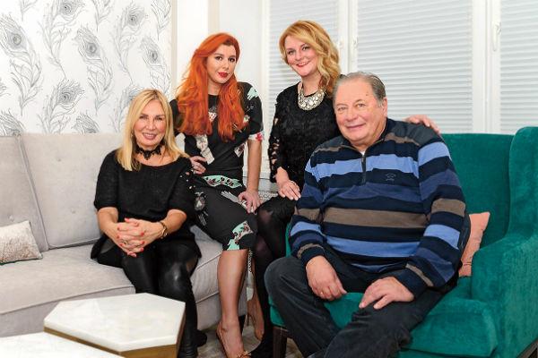 Супруга Лидия и приемные дочери - главные зрители актера