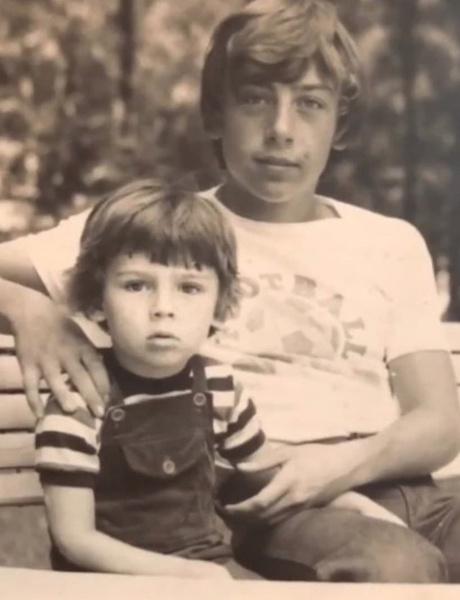 Брат Дмитрий старше Максима на 12 лет