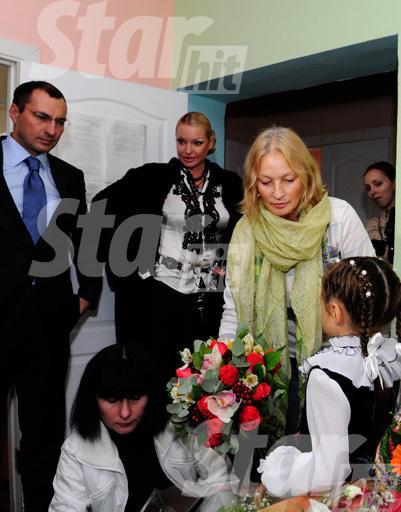 Бабушка дает Арише наставления перед первым учебным днем