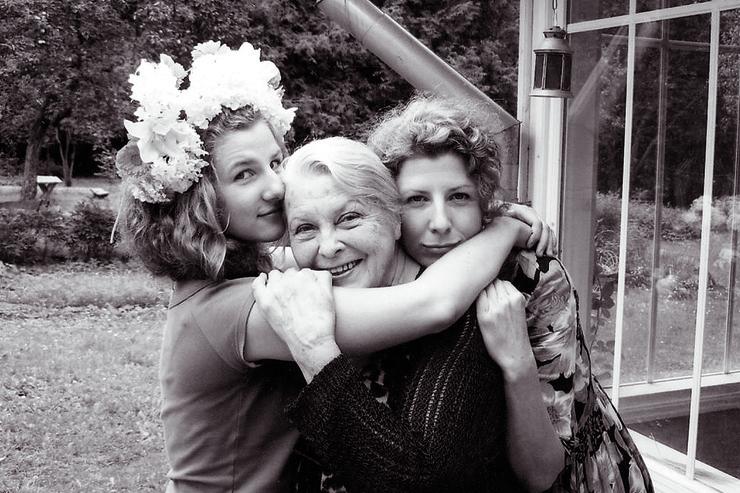 Артмане с дочерью и внучкой