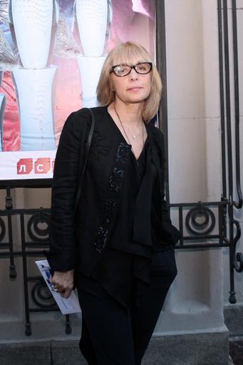 Последние пару лет в гардеробе актрисы преобладал черный цвет