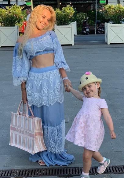 Певица с дочерью Таисией
