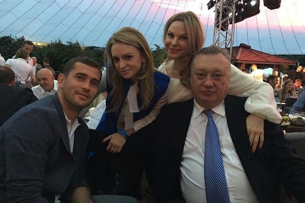 Милана Кержакова с родителями и любимым мужем